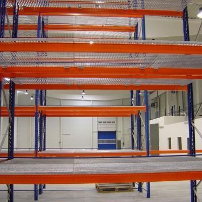 Półki w dużej metalowej konstrukcji