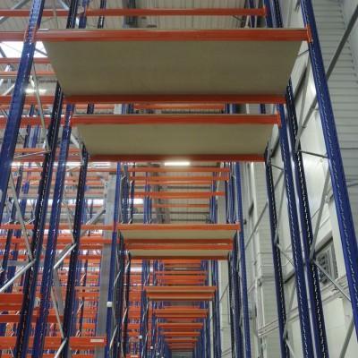 Półki w dużej metalowej konstrukcji 2